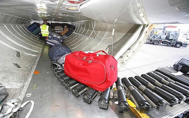 Bagagens entrando no porão da aeronave
