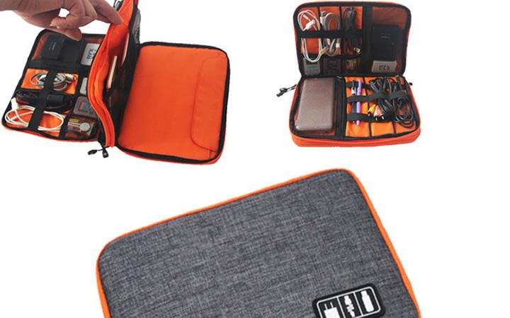 Bolsa com carregador, adaptador de tomada universal e fones de ouvido