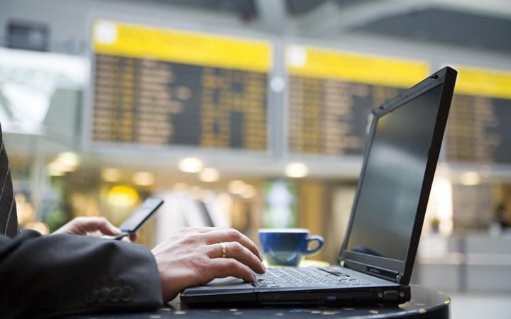 Homem com laptop no aerorporto