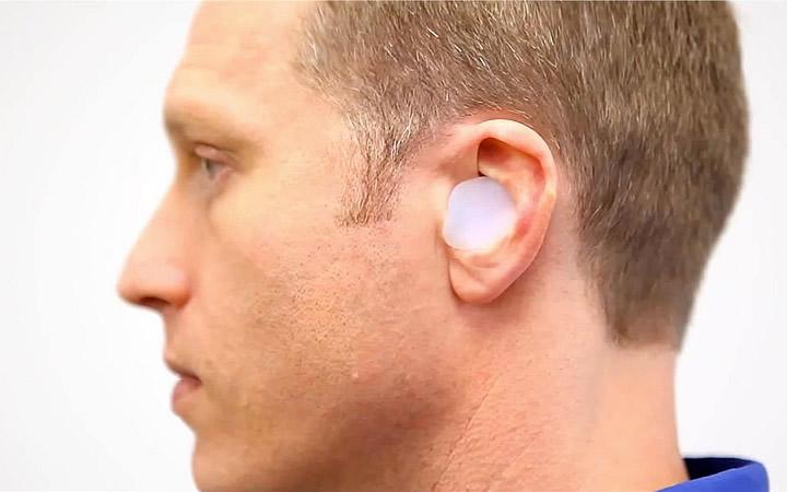 Homem com tampões de ouvido