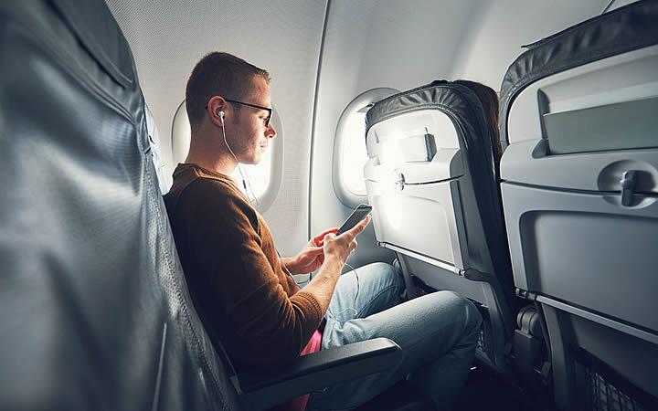 Homem no telefone durante voo