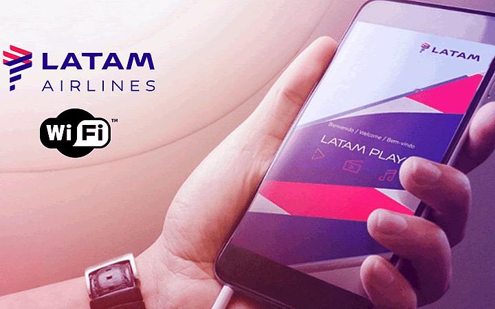 Homem segurando telefone com app da Latam