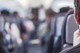 Homem sentado no banco do avião