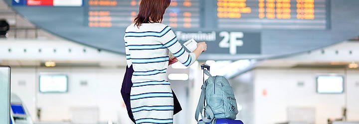 Mulher no aeroporto - O que fazer antes de entrar no avião
