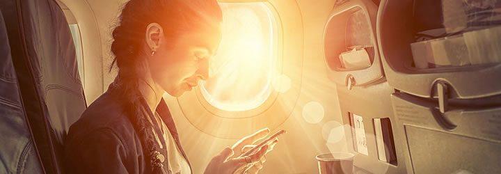 Mulher no avião com celular