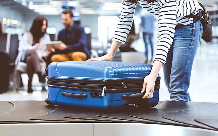 Mulher pegando bagagem