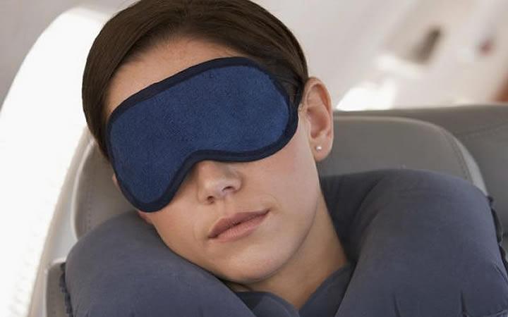 Mulher usando mascará para dormir