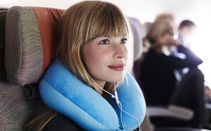 Mulher usando travesseiro de viagem
