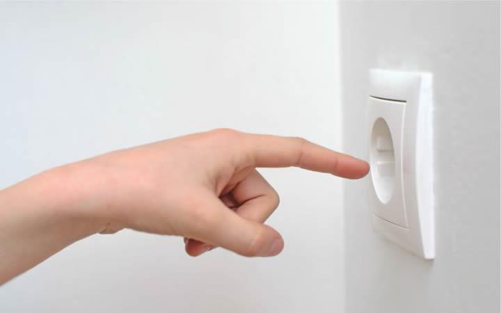 Pessoa colocando dedo na tomada