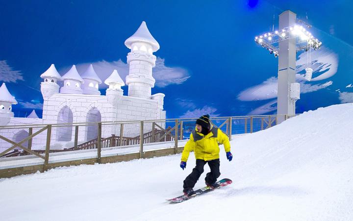 Pessoa descendo rampa na Snowland