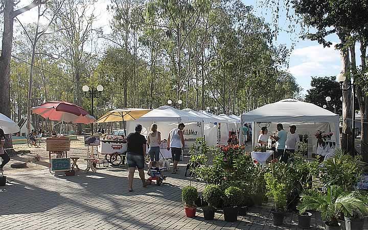 Pessoas e barracas no Parque Euclides Dourado