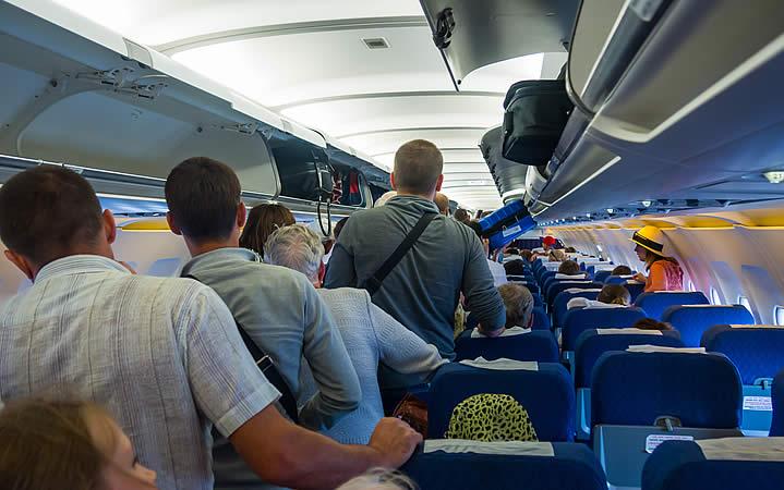Pessoas em pé na aeronave
