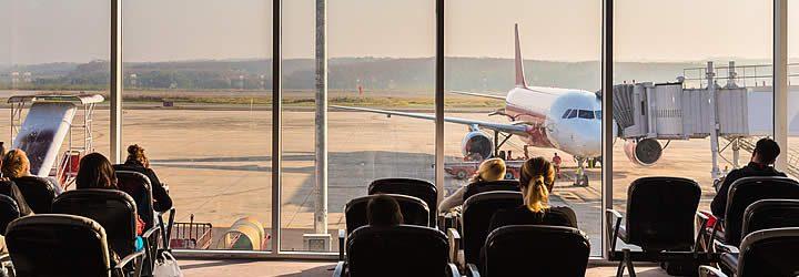 Pessoas esperando no aeroporto