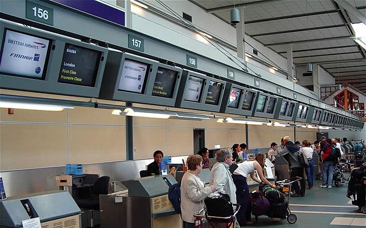 Pessoas fazendo check in no aeroporto