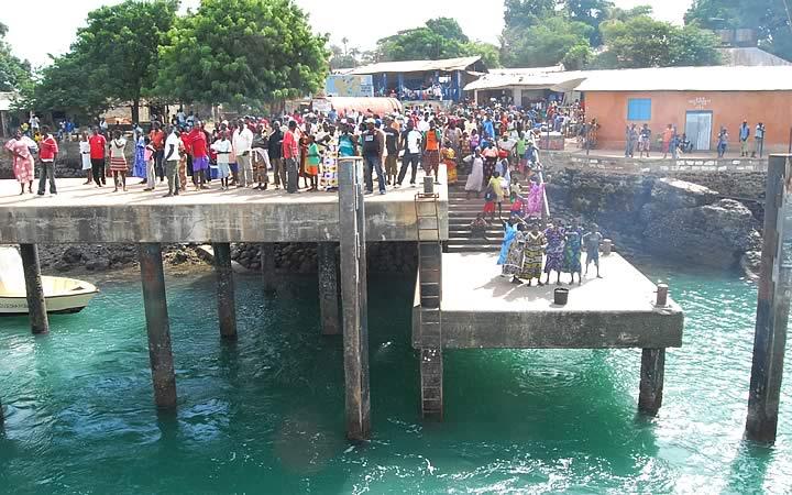 Pessoas no porto da Ilha de Bubaque