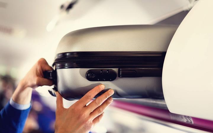 Retirando mala da bagagem do avião