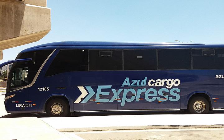 Ônibus da companhia aérea Azul