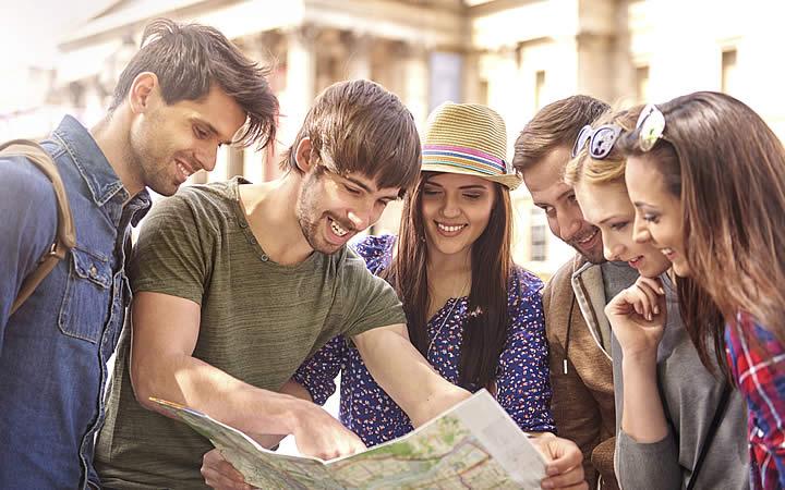 Amigos olhando para o mapa