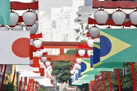 Bandeira do Japão e Brasil no bairro da Liberdade