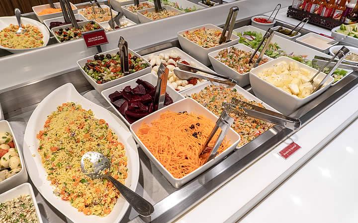 Comida em recipientes no restaurantes