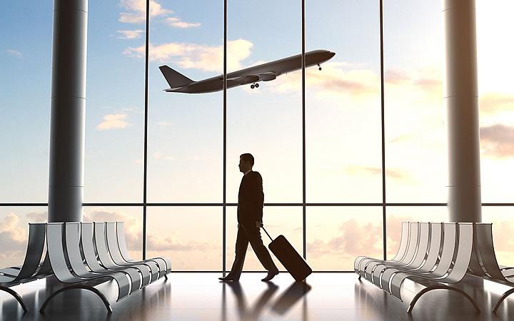Homem carregando mala no Aeroporto