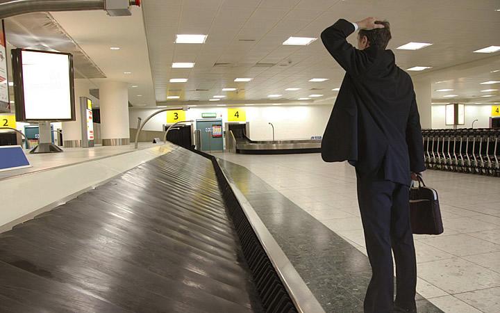 Homem que esqueceu algo no aeroporto