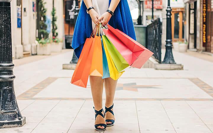 Mulher segurando bolsa de compras