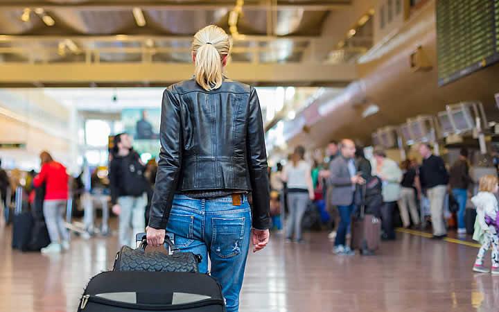 Pessoa andando no aeroporto