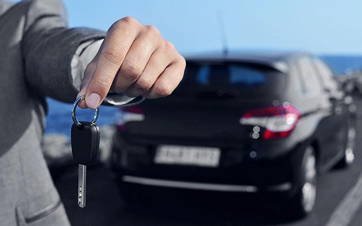 Pessoa entregando chave de carro