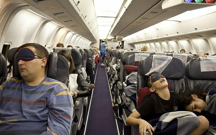Pessoas dormindo no avião