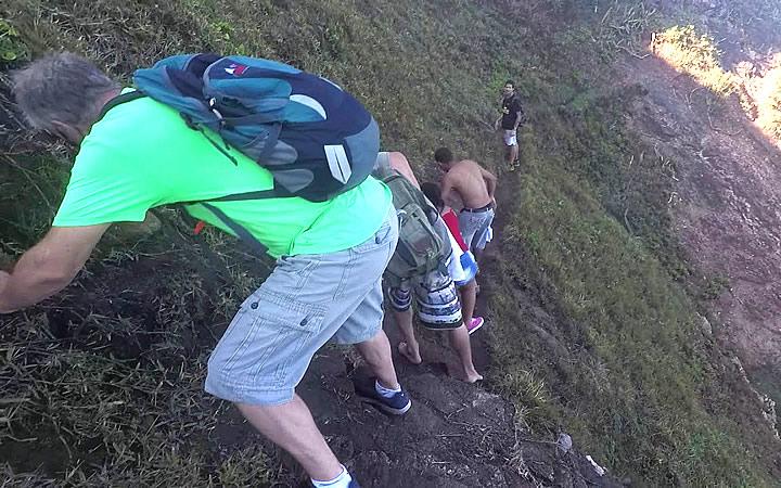 Pessoas fazendo a trilha para o Lago do Amor