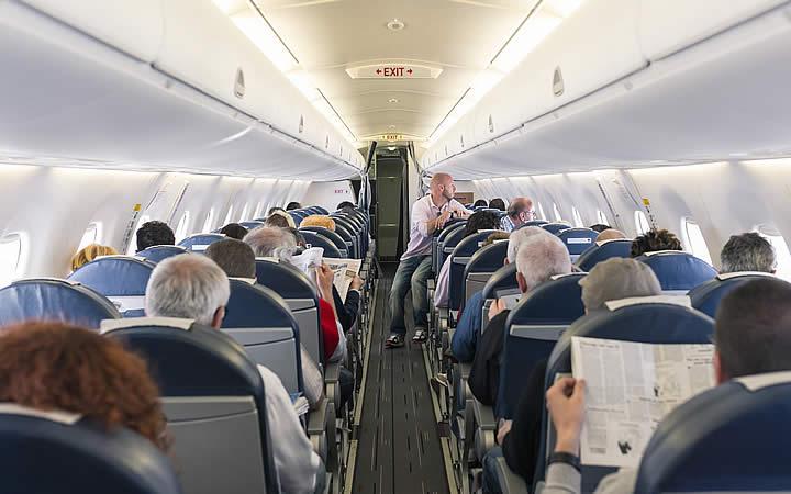 Pessoas nos assentos do avião