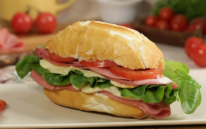 Sanduíche de mortadela feito com pão de sal