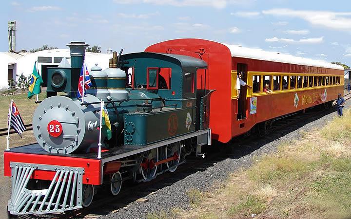 Trem Maria Fumaça em Campinas - Parado com crianças na janela