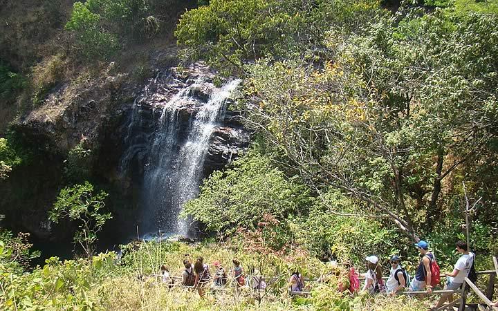Vista aérea da cachoeira na trilha da Chapada Imperial