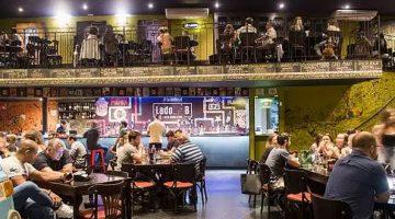 Bares em Campinas - Pessoas no salão do bar