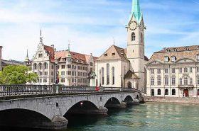 Construções a margem do rio em Zurique