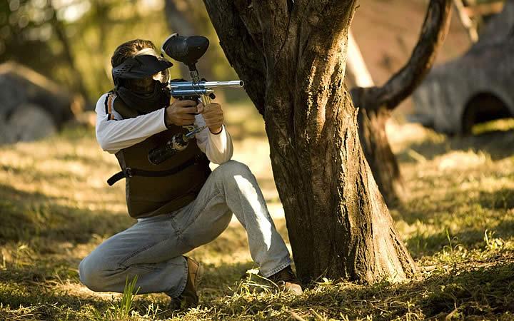 Homem atirando - Paintball