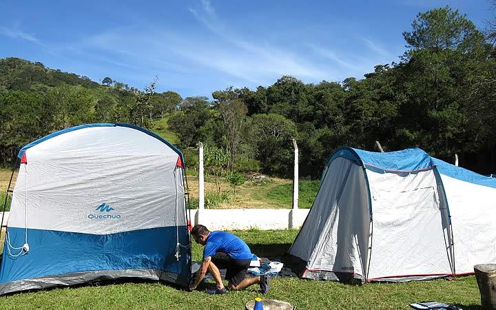 Homem montando barraca de acampamento
