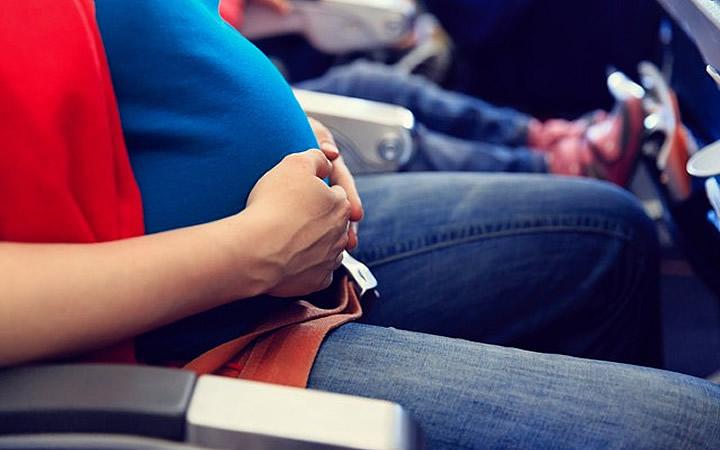 Mulher com o cinto abaixo do abdome