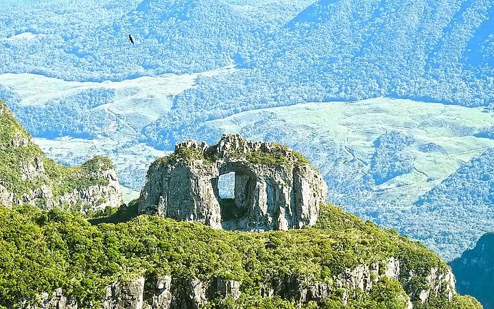 Pedra furada no Morro da Igreja