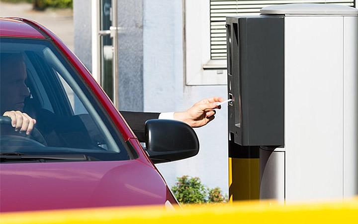 Pessoa entregando o ticket do estacionamento