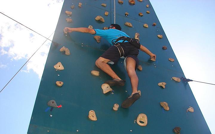 Pessoa escalando