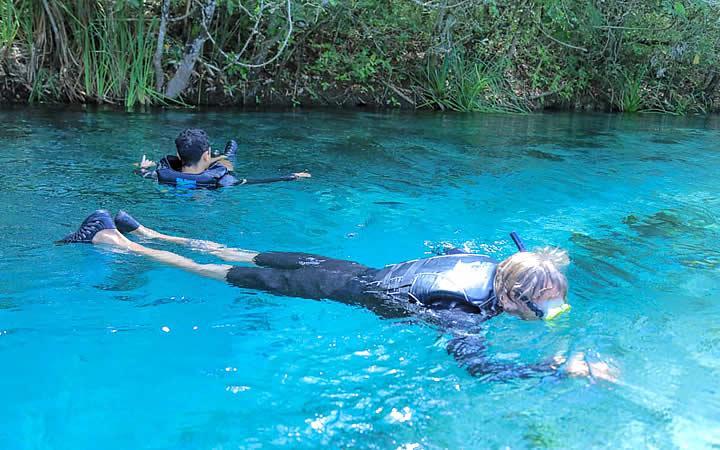 Pessoa fazendo Flutuação em Bonito