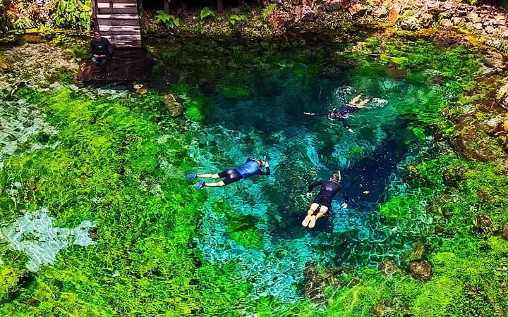 Pessoas nadando em lago em Bonito