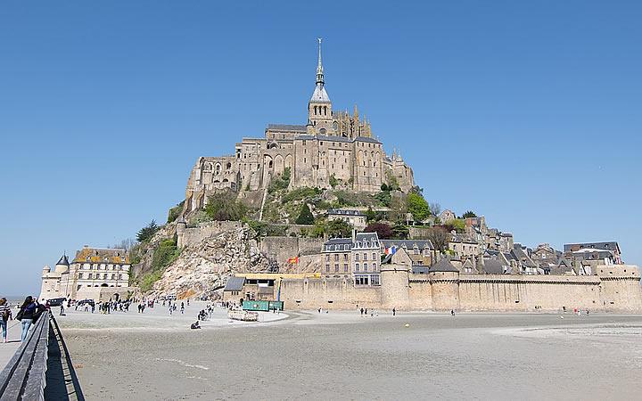 Pessoas visitando o Mont Saint Michel