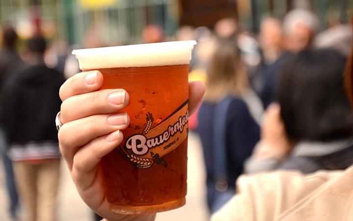 Copo com bebida na Bauernfest