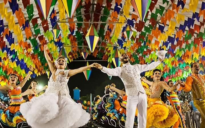Festas Juninas - Pessoas dançando