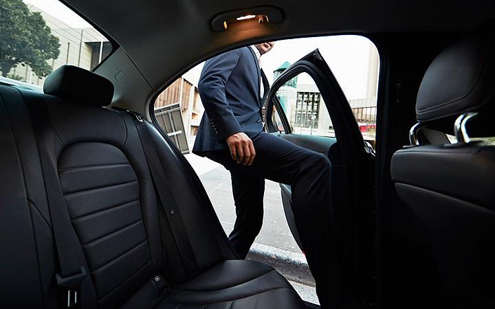Homem entrando no Uber