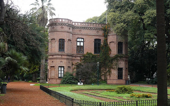 Jardim botânico - Casa em frente área gramada - Bairro Palermo